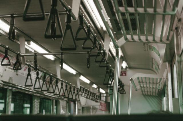 満員電車で向きが違う人つり革