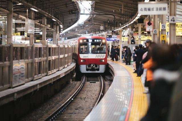 満員電車向きが違う人場所移動