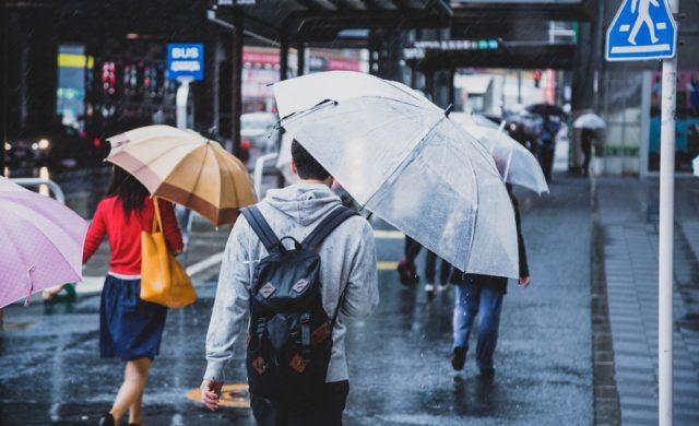 雨の日電車混む雨具があるので
