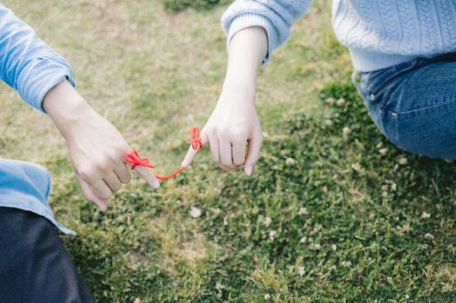 友達が人混みで手を繋ぐ好意