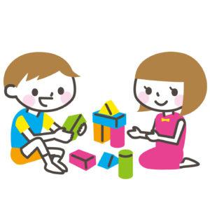 幼稚園の男の子が女の子と遊ぶ小さいときだけ